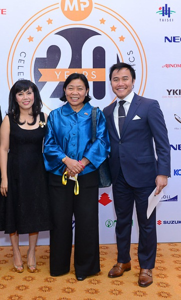The Royal Thai Consul General in HCMC (middle) and Mr. Cuong Dang, CEO of Enliven (right)